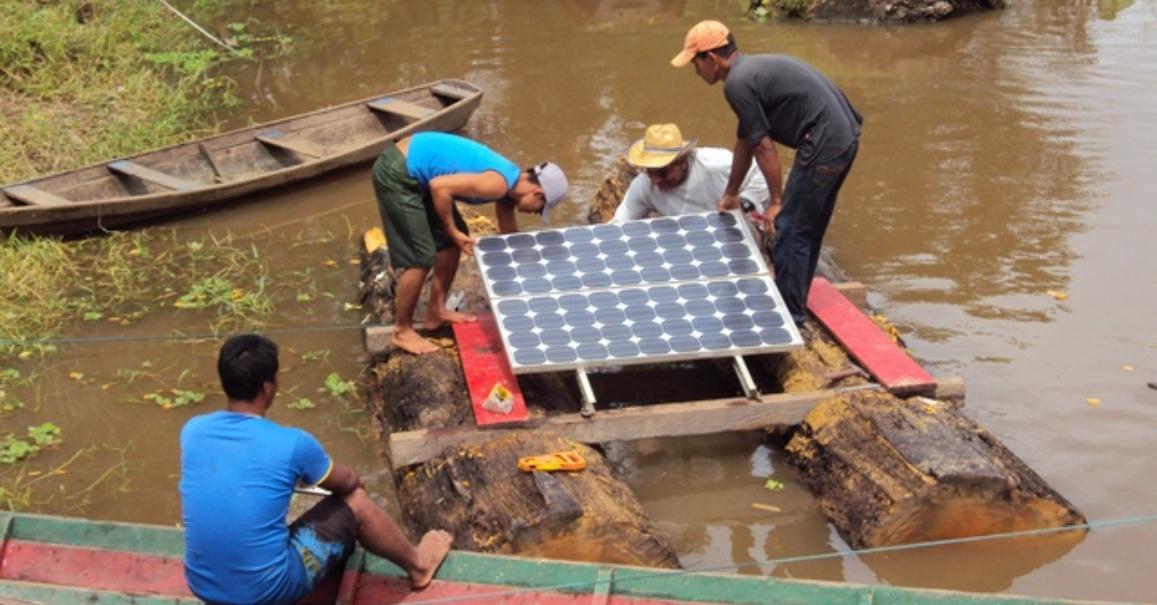 Instalando as placas solares na balsa flutuante